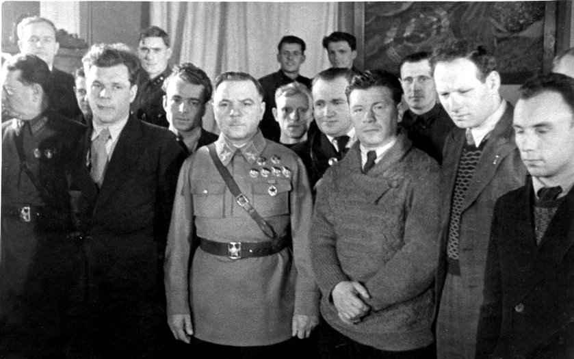 Экспонат #27. С К. Ворошиловым, А. Щекутьевым и В. Доброницким. Конец 30-х годов.