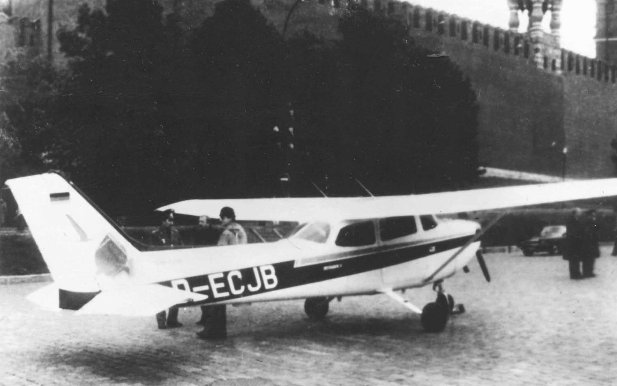 Экспонат #33. Лёгкомоторный самолёт Матиаса Руста на Васильевском спуске в Москве. 28 мая 1987 года