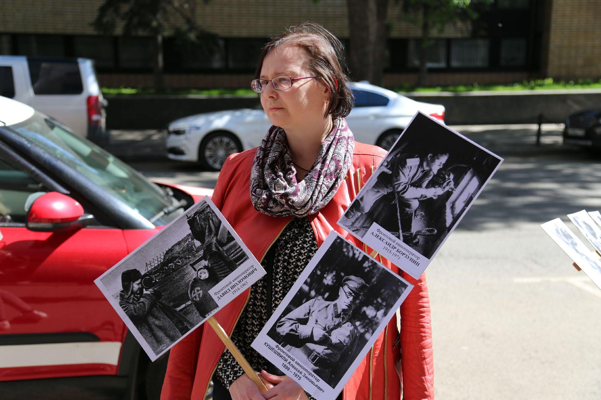 Наталья Сухова — внучка Александра Борзунина во время акции «Бессмертный полк»