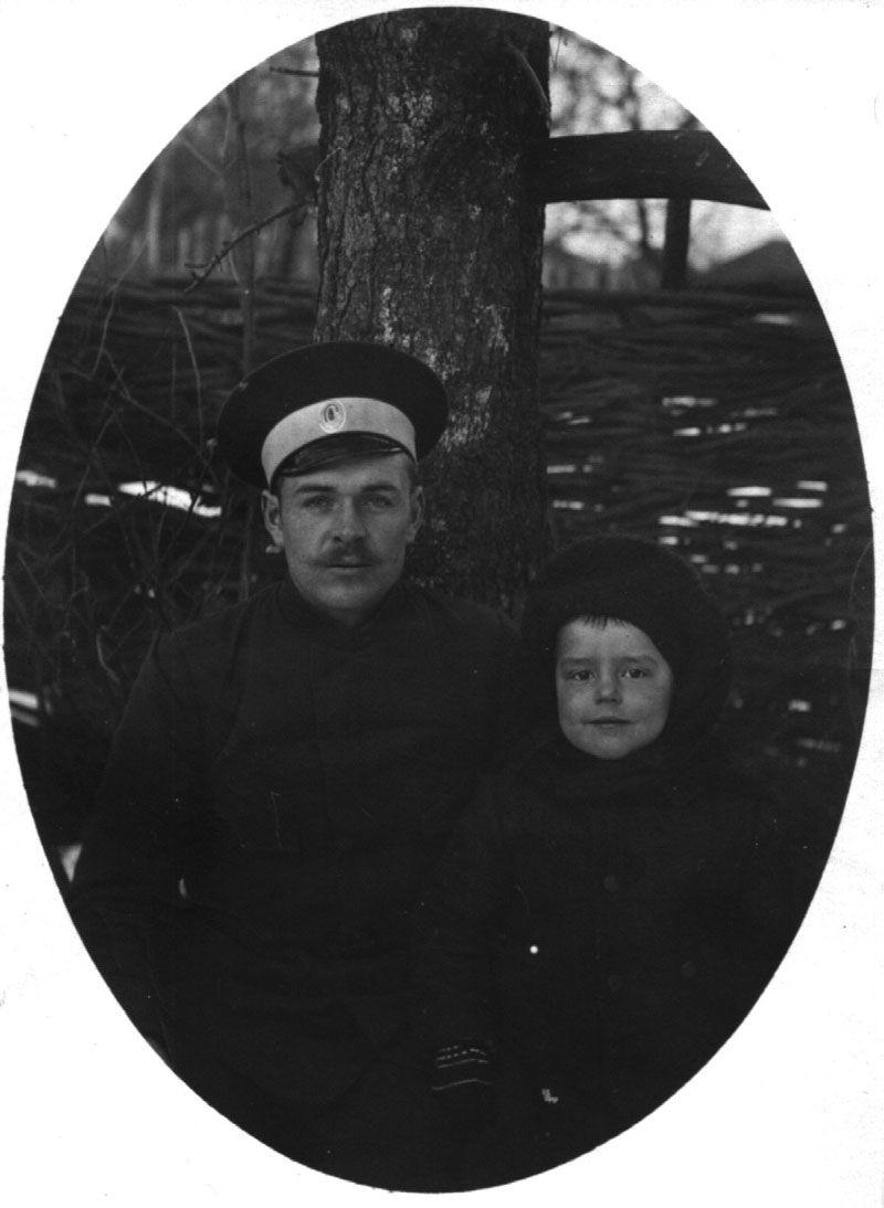 Экспонат #5. Марк Трояновский с отцом. г. Бежецы. 1913 год