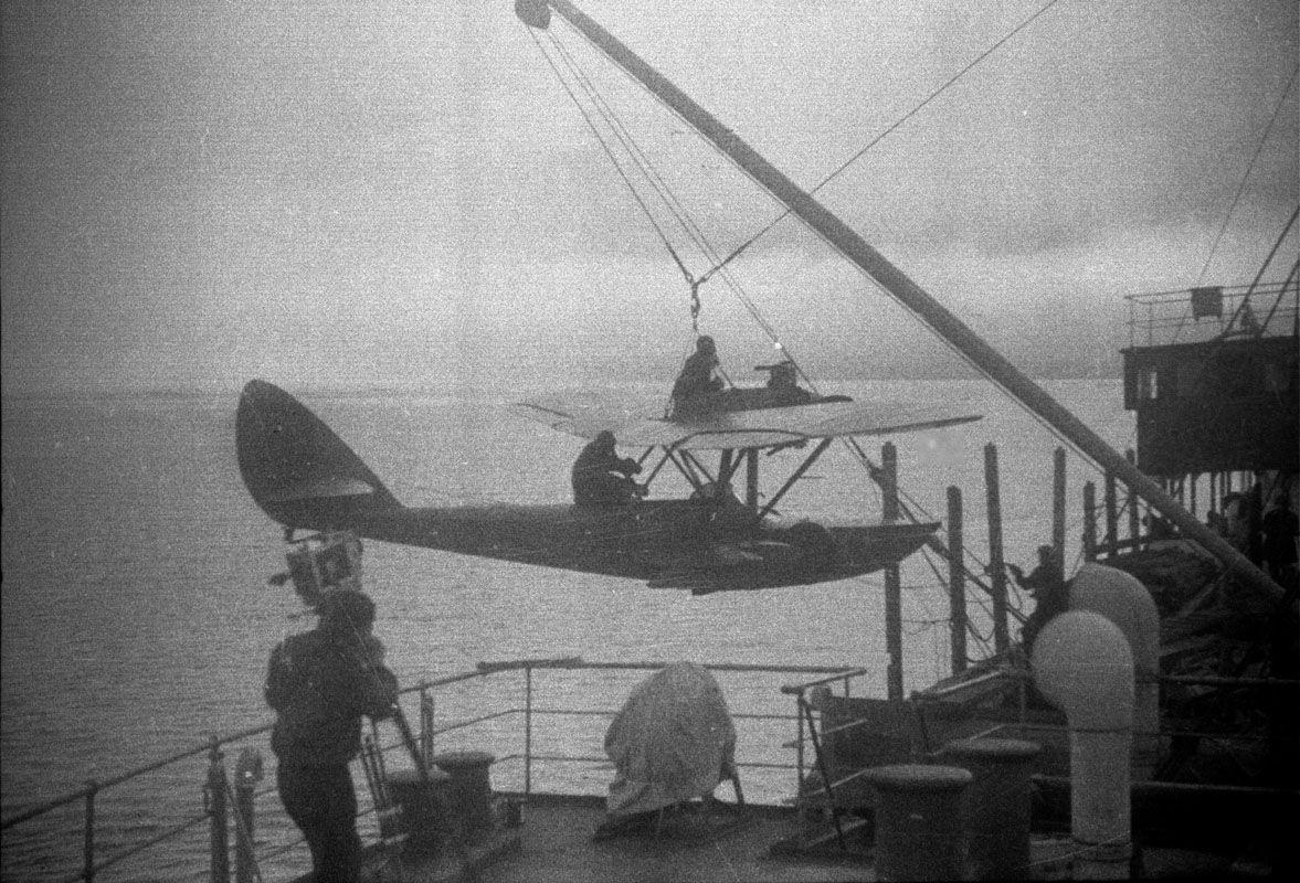 Экспонат #39. «Челюскин». Погрузка самолета Бабушкина. Мурманск. 1933 год