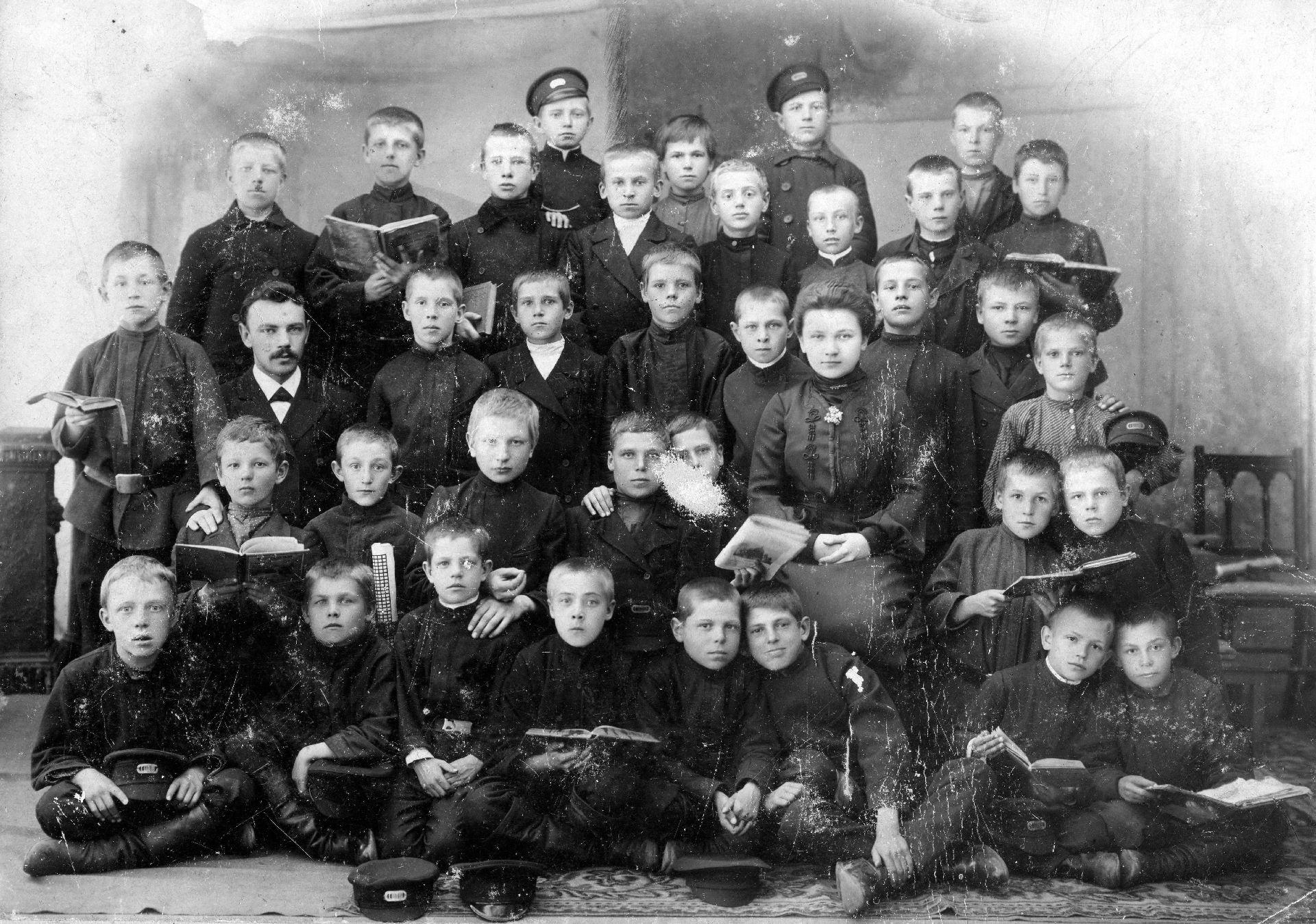 Экспонат #5. Александр Павлович и Ольга Георгиевнас учениками. 1900 год