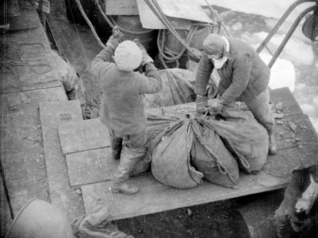 Экспонат #26. На «Сибирякове». Угольный аврал. 1932 год