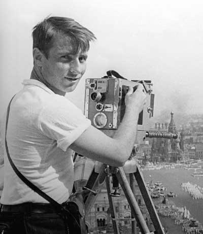 Экспонат #16. Владислав Микоша снимает с «верхней точки»—крыши гостиницы«Москва». 1 мая 1932 года