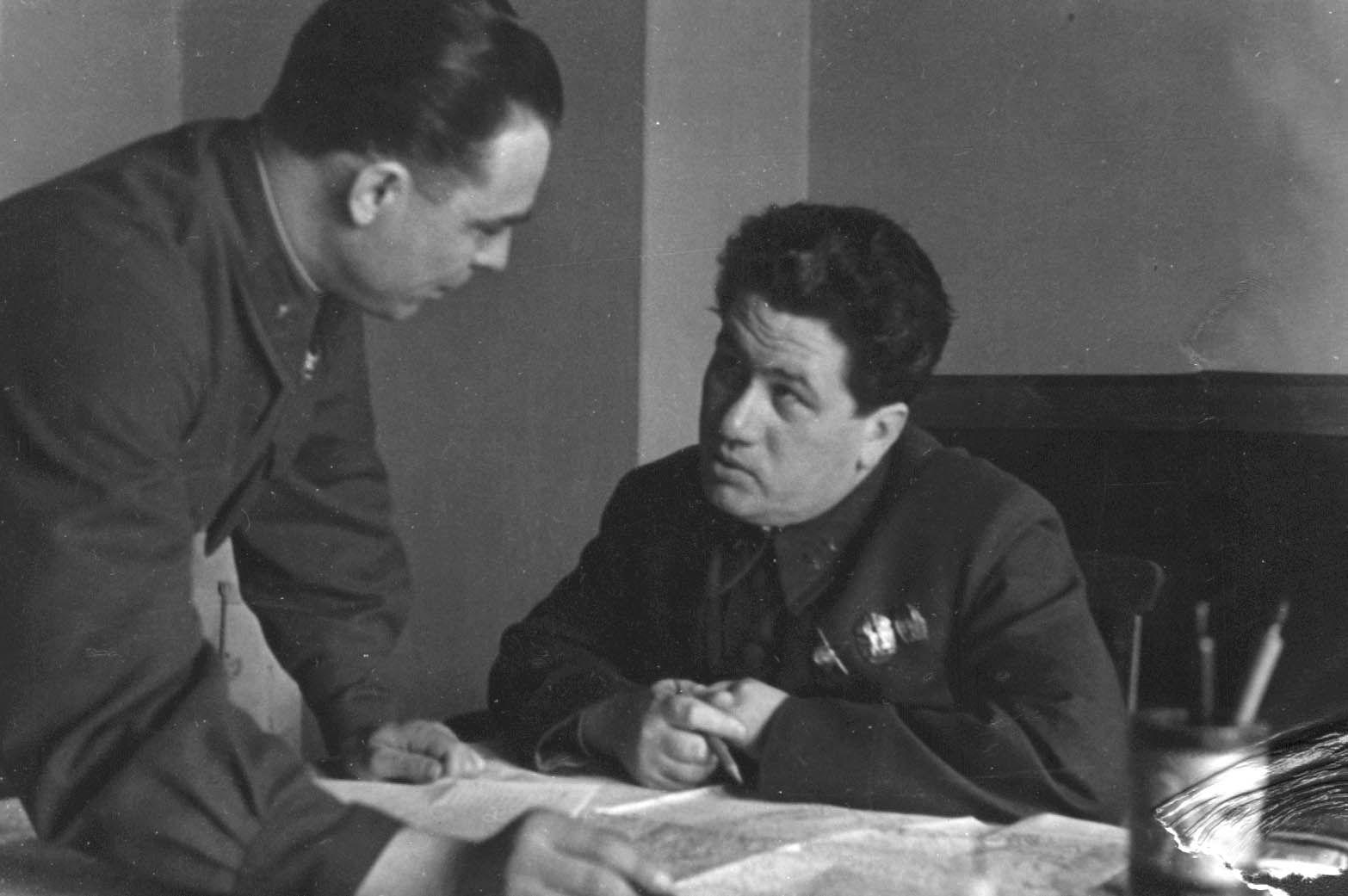 Экспонат #104. Полковник Л.И. Брежнев и генерал А. Мамонов. 1942 год