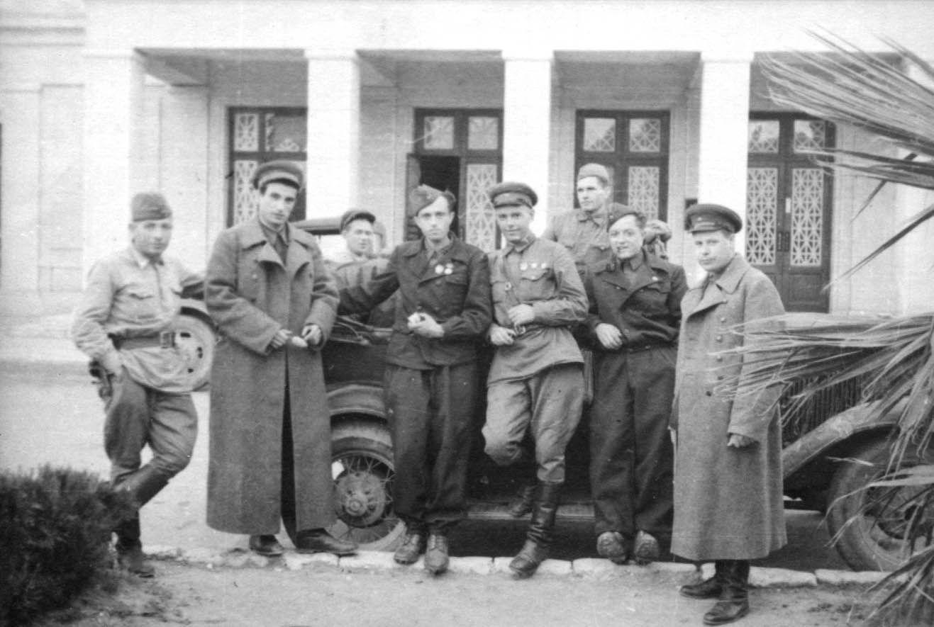 Экспонат #100. Операторы и начальники фронтовых киногрупп на Закавказском фронте. Туапсе, октябрь 1942 года